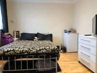 Newly refurbished double room with own bathroom in Palmers Green N13. All Bills Included