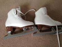 Jackson artiste figure skates