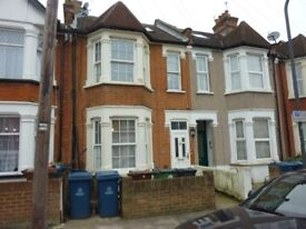 A ground floor studio flat located in Harrow Weald to rent close to shops and transport amenities