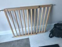 Child safety gate wall fitted extendable