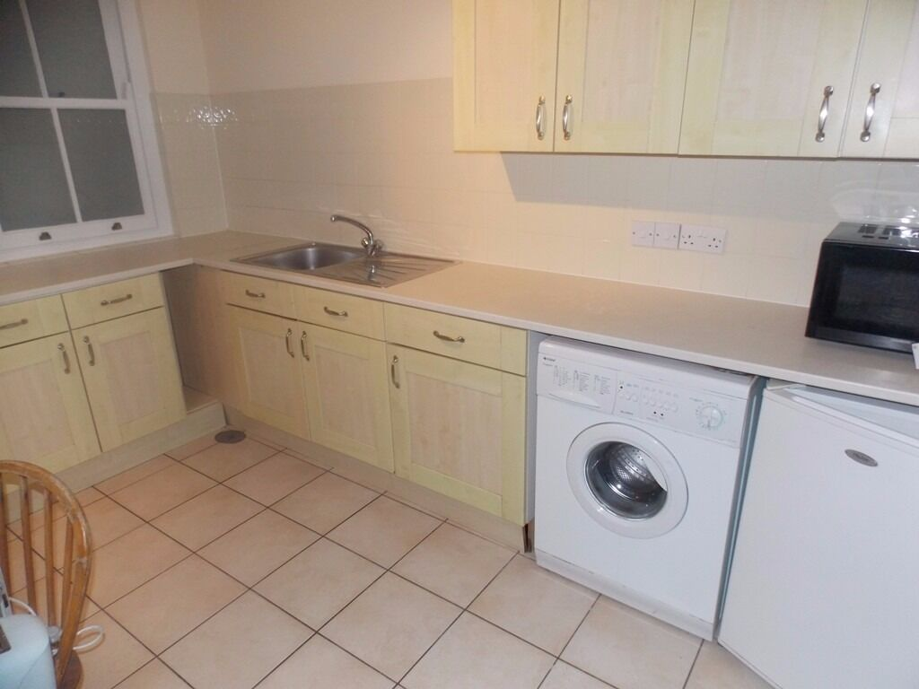 ***EXTREMELY LARGE THREE BEDROOM HOUSE IN E1 NEAR LIMEHOUSE AND SHADWELL STATIONS***