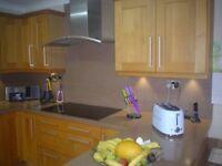 IMMACULATE OAK FITTED KITCHEN WITH BROWN MINERAL WORKTOPS