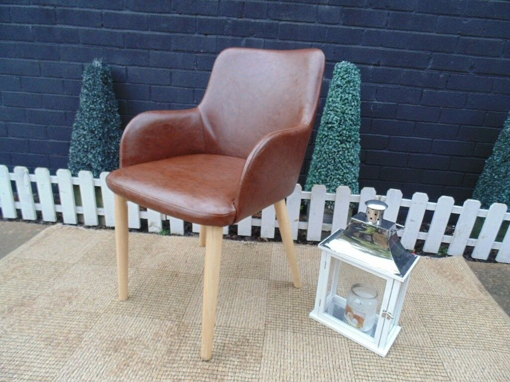 FAUX LEATHER SINGLE BROWN CHAIR VERY SOLID CHAIR AND IT'S IN EXCELLENT CONDITION 51/51/ 84 cm £20
