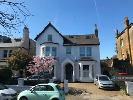 3 bedroom flat in Cumberland Park, Acton, W3 (3 bed) (#1045696)