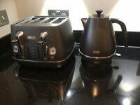 De'Longhi Distinta 4 Slice Toaster and Distinta Kettle - Black