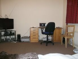 A LARGE DOUBLE ROOM TO RENT IN HEADINGTON (OX3 7HZ)