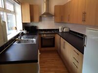 3 BED HOUSE PERFECT LOCATION. NEW KITCHEN NEW BATHROOM PARKING IDEAL FOR SMALL FAMILIES/PROFESSIONAL
