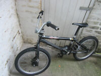BMX PRO MONGOOSE MENACE BIKE, BLACK FRAME, NEEDS BRAKES, BARGAIN.