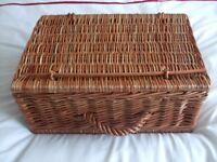 BRAND NEW AND UNUSED PICNIC SET / PICNIC BASKET / WICKER PICNIC BASKET - 4 PLACE SETTINGS