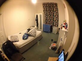 Short let - Double bed room for July only in bruntsfield area