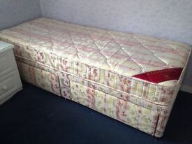 """Small Single 2'6"""" Divan Bed with Storage Drawers."""