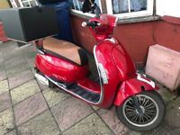 125 scooter for sale comes with food box and phone charging point