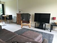 Double Bedroom in Spacious Cheltenham Apartment