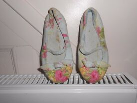 canvas floral pattern girls shoes, size 9, with strap and bow