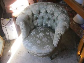 STUNNING VINTAGE ORNATE BUTTON BACK TASTEFULLY UPHOLSTERED BEDROOM CHAIR. VIEWING/DELIVERY POSSIBLE