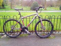 Trek 3500 mountain bike, suspensions, 24 speeds, disc brakes, includes lights.