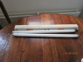 2 x fluorescent tubes. 18Watt. 600mm long. 26mm diametre.