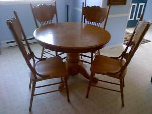 solid oak dinning table with leaf and chairs