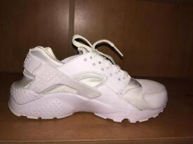 White Nike Harauches
