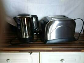 Stainless steel kettle &toaster used but in good condition