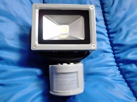 LED 10 WATT FLOODLIGHT WITH MOTION SENSOR - COOL WHITE/WARM WHITE