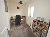 A large single bedroom suitable for a single working professional close to Twickenham and Isleworth.