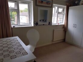 Nice furnished medium room to rent in shared house/ Guildford