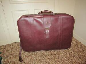 Grosse valise à roulettes.