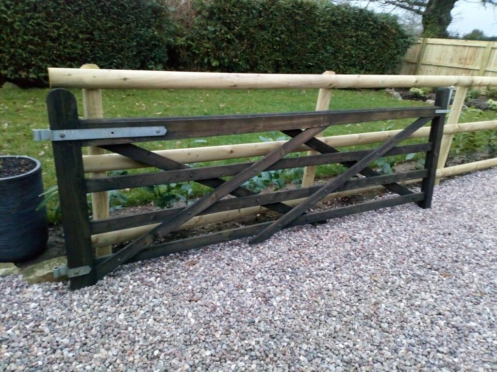 Wooden Farm Gate 10ft X 3ft 6 With Furniture In Market Drayton