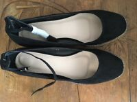 NEVER WORN Black flat shoes - size 6