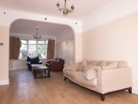 Spacious 3 Double Bedroom House With Private Garden, 5 Minutes Walk to The Heart Of Raynes Park !!!!
