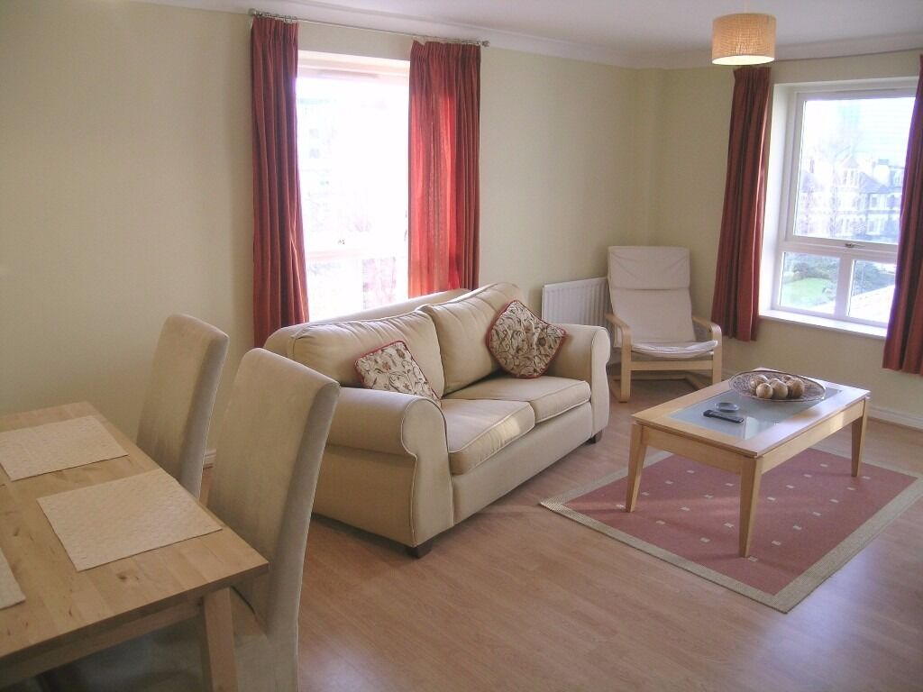 @ Two bed two bath apartment - minutes from canary wharf - easy access to river - private balcony!