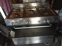 Free standing gas cooker 5 burner