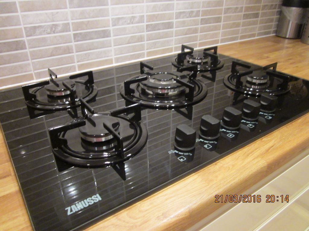 immaculate zanussi gas on glass 5 burner hob in fareham. Black Bedroom Furniture Sets. Home Design Ideas