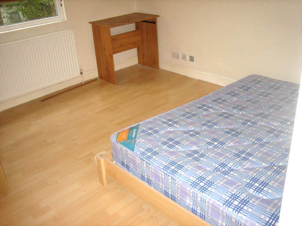 BEAUTIFUL HUGE NEWLY RENOVATED 3 DOUBLE BEDROOM FLAT NEAR ZONE 2 /3 NIGHT TUBE & 24 HOUR BUSES