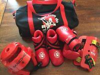 Taekwondo kit: gloves, feet protection, helmet, shin pads, bag