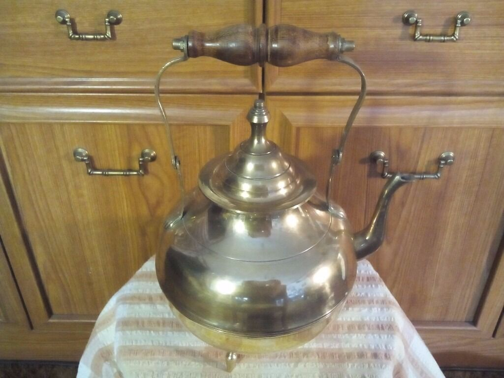 VINTAGE / 'ANTIQUE' / RETRO BRASS KETTLE WITH FOLDING HANDLE, WOODEN GRIP AND REMOVEABLE LID XL COND