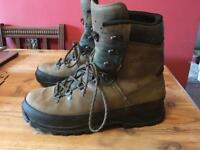 WALKING BOOTS- LOWA VIBRAM/GORTEX- size Adult 10 uk