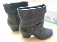 CLARKS LADIES BLACK LEATHER COWBOY STYLE CUBAN HEEL BOOTS SIDE ZIPS SIZE 6 / 39
