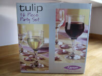 Rayware Tulip 16 Piece Fine Blown Glass Party Set - New & Unused.