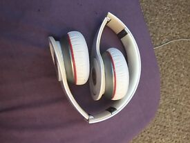 Beats wireless white good condition used but work perfectly