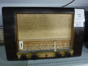 Philips Vintage Tube Radio TYPE P145. We Buy and Sell Used Home Audio Equipment. 102013*