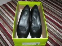 Ladies black court shoe