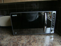 USED SANYO EMS2297 MICROWAVE IN NEW CONDITION . 1200w BLACK / SILVER