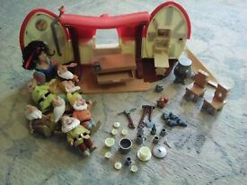 Show white and 7 dwarves with cottage and accessories.