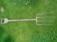 GARDEN FORK. OLD TYPE WITH STRAPPED AND RIVETTED HANDLE. VERY STRONG. VERY GOOD CONDITION