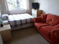Double room to rent in quiet flat in nice area just outside Glasgow city centre