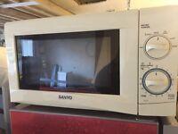 Sanyo 700w microwave (EM-S105AW)