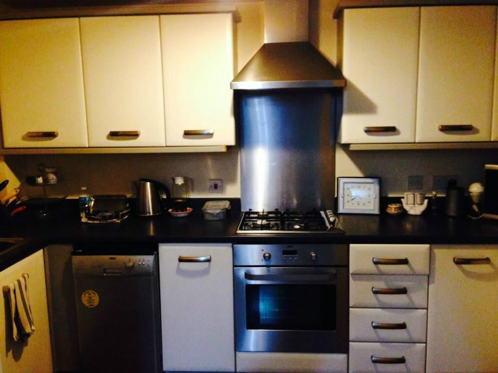 2 BED FLAT TO RENT IN GANTS HILL! VERY CLEAN AND MODERN. 2 MINS WALK TO GANTS HILL STATION!