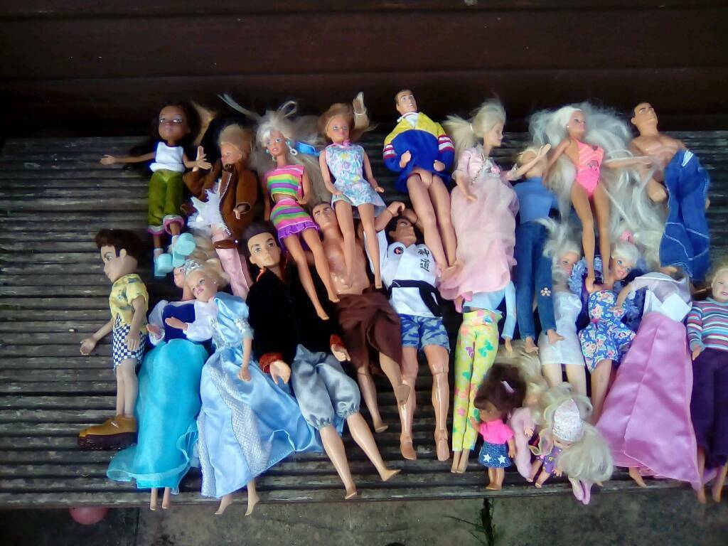 Large group of Barbie,Ken & Bratz dolls